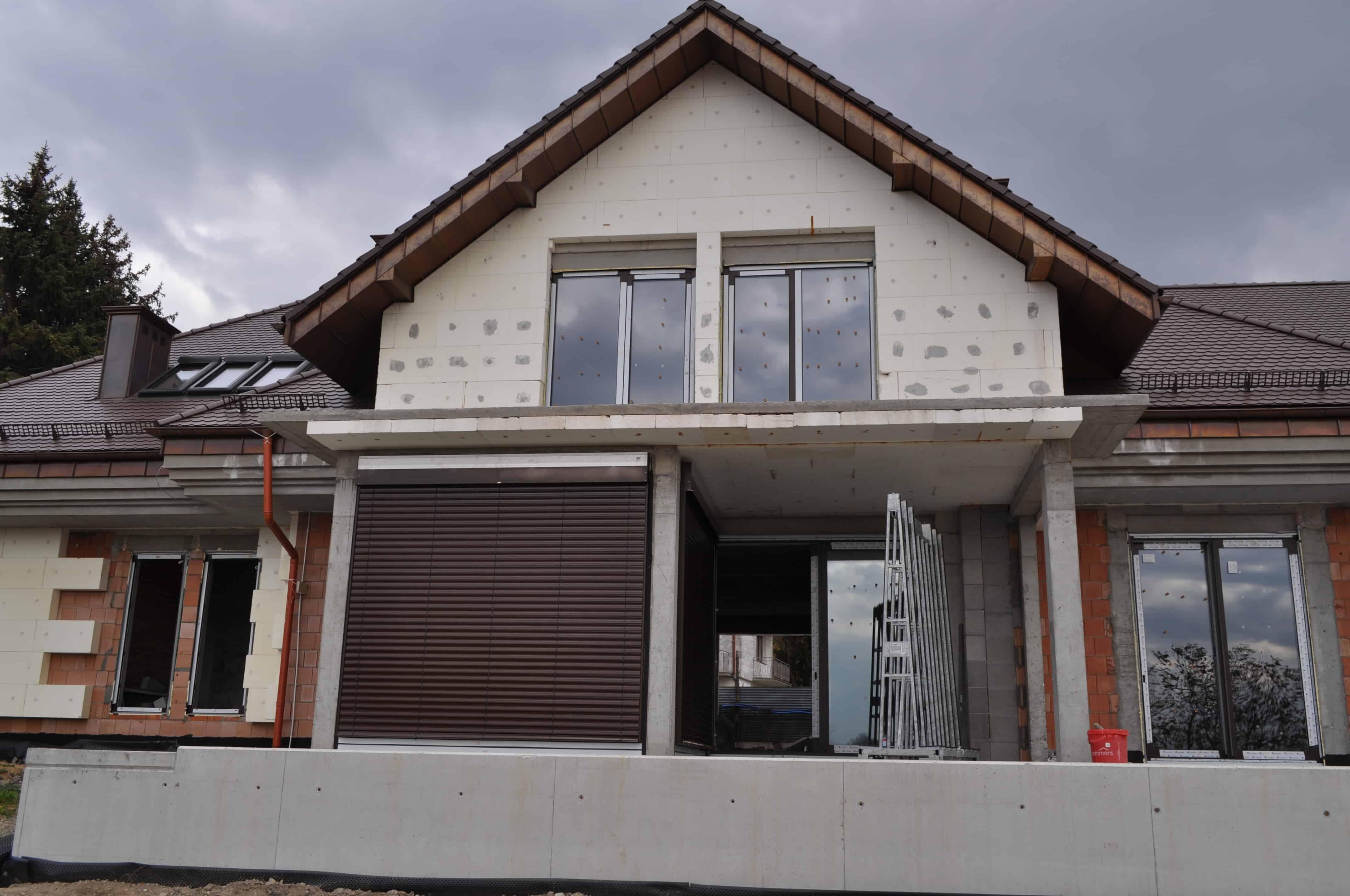 Żaluzje fasadowe na oknach aluminiowych